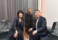「ART MONZEN KYOTO」の部屋で対談した原田マハさん(左)と桂南光さん=京都市東山区で2018年5月16日、川平愛撮影