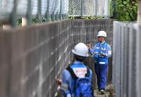 ブロック塀の危険度を調べる国土交通省近畿地方整備局の職員=大阪府高槻市で2018年6月21日午後4時5分、猪飼健史撮影