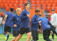 セネガル戦に向けて調整する大迫(中央)ら日本代表の選手たち=ロシア・エカテリンブルクで2018年6月23日、長谷川直亮撮影