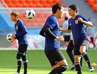 セネガル戦に向けて調整する柴崎(右端)ら日本代表の選手たち=ロシア・エカテリンブルクで2018年6月23日、長谷川直亮撮影
