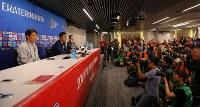セネガル戦を前に記者会見する西野監督(左端)と吉田(左から2人目)=ロシア・エカテリンブルクで2018年6月23日、長谷川直亮撮影