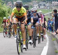 厳しい坂道を上る女子一般の選手たち=島根県益田市大草町で、竹内之浩撮影