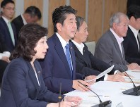 Prime Minister Shinzo Abe, second from left, delivers a speech in a meeting of the government's Headquarters for Creating a Society in which All Women Shine, at the prime minister's office, on June 12, 2018. At left is Seiko Noda, minister in charge of women's empowerment. (Mainichi)