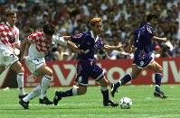 【日本・クロアチア】クロアチアのアサノビッチ(左)を振り切ってドリブルで駆け上がる中田英寿=仏・ナントで1998年6月20日、藤井太郎撮影
