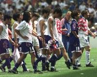 【日本・クロアチア】がっくりと肩を落とし、グラウンドを後にする日本イレブン=仏・ナントで1998年6月20日、藤井太郎撮影