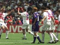 【日本・クロアチア】クロアチアに破れ、がくぜんとする中田英寿(中央)=仏・ナントで1998年6月20日、藤井太郎撮影