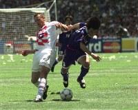 【日本・クロアチア】クロアチアのスタニッチ(左)とボールを奪い合う相馬直樹=仏・ナントで1998年6月20日、藤井太郎撮影
