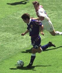 【日本・クロアチア】左サイドをドリブルで駆け上がる中西永輔=仏・ナントで1998年6月20日、佐藤泰則撮影