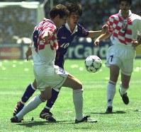 【日本・クロアチア】中盤でボールを奪い合う名波浩(中央)=仏・ナントで1998年6月20日、藤井太郎撮影