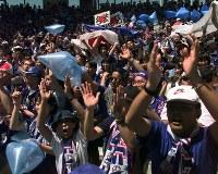 【日本・クロアチア】盛り上げる日本のサポーター=仏・ナントで1998年6月20日、佐藤泰則撮影