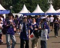 【日本・クロアチア】日本の青いユニホームを着た人たちでにぎわうナントのボジョワール・スタジアム=仏・ナントで1998年6月20日、佐藤泰則撮影