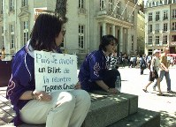対クロアチア戦のチケットを求める日本人サポーター=仏・ナントのコマース広場で1998年6月18日、佐藤泰則撮影