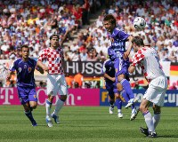 【日本・クロアチア】前半44分、柳沢(中央右)がシムニッチ(右端)とヘディングで競り合う=ドイツ・ニュルンベルクのフランケン競技場で2006年6月18日、森田剛史撮影