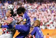 【日本・クロアチア】後半10分、クロアチアのプルショ(左)と競り合う宮本恒靖(中央)。右端は稲本潤一=ドイツ・ニュルンベルクのフランケン競技場で2006年6月18日、森田剛史撮影