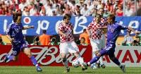 【日本・クロアチア】後半5分、N・クラニチャル(中央)が中田英(右)と中村をかわしてパスを出す=ドイツ・ニュルンベルクのフランケン競技場で2006年6月18日、森田剛史撮影