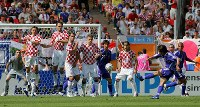 【日本・クロアチア】後半16分、中村俊輔(右手前)がFKを放つがはずれる=ドイツ・ニュルンベルクのフランケン競技場で2006年6月18日、森田剛史撮影