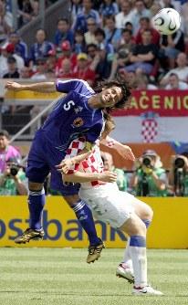 【日本・クロアチア】ヘディングで競り合う宮本恒靖選手=ドイツ・ニュルンベルクのフランケン競技場で2006年6月18日、竹内幹撮影