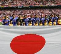 【日本・クロアチア】日本代表国家斉唱=ドイツ・ニュルンベルクのフランケン競技場で18日、竹内幹撮影