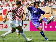【日本・クロアチア】後半28分、中村(右)がバビッチをかわしてボールキープする=ドイツ・ニュルンベルクのフランケン競技場で2006年6月18日、森田剛史撮影