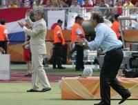 【日本・クロアチア】試合中、選手に指示を送るジーコ監督(右)とクラニチャル監督=ドイツ・ニュルンベルクのフランケン競技場で2006年6月18日、竹内幹撮影