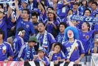 【日本・クロアチア】無得点でクロアチアに引き分け、ぼうぜんとする日本のサポーター=ドイツ・ニュルンベルクのフランケン競技場で18日、竹内幹撮影