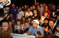 チケットを手に入れられなかったサポーターは、液晶テレビの前で一喜一憂した=横浜国際総合競技場で9日午後9時1分、須賀川理撮影