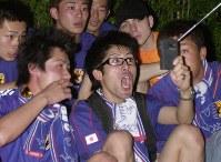 【日本1-0ロシア】携帯で!--競技場に入れなかった人たちは、これで盛り上がる=横浜国際競技場で9日午後9時、佐々木順一撮影