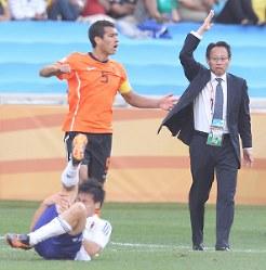 【オランダ・日本】前半、松井が倒され、主審にアピールする岡田監督=南アフリカ・ダーバンのダーバン競技場で2010年6月19日、佐々木順一撮影