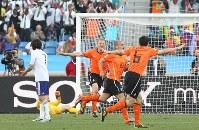 【オランダ・日本】後半、先制ゴールを決めて喜ぶオランダのスナイダー(右から2人目)=南アフリカ・ダーバンのダーバン競技場で2010年6月19日、佐々木順一撮影