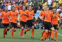 【オランダ・日本】先制ゴールを決めたオランダのウエスレイ・スナイダー(右)=南アフリカ・ダーバンのダーバン競技場で2010年6月19日、佐々木順一撮影