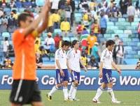 【オランダ・日本】喜ぶオランダを横目にピッチを後にする(右から)岡崎、遠藤、阿部=南アフリカ・ダーバンのダーバン競技場で2010年6月19日、佐々木順一撮影