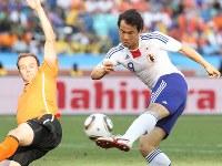 【オランダ・日本】後半終了間際に惜しくもシュートを外した岡崎慎司(右)=南アフリカ・ダーバンのダーバン競技場で2010年6月19日、佐々木順一撮影