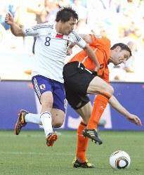 【オランダ・日本】後半、激しく競り合う松井(左)とオランダ・ファンボメル=南アフリカ・ダーバンのダーバン競技場で2010年6月19日、佐々木順一撮影