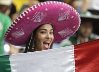 メキシコの女性サポーター=AP