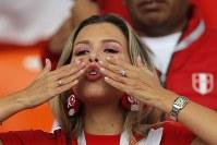ペルーの女性サポーター=AP