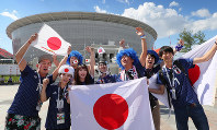 セネガル戦を前に盛り上がる日本のサポーター。奥は試合会場のエカテリンブルク・アリーナ=ロシア・エカテリンブルクで2018年6月24日、長谷川直亮撮影