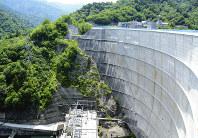 弧を描いたアーチ状のダム壁が特徴的な矢木沢ダム。眼下には東京電力の矢木沢発電所がある=群馬県みなかみ町藤原で、中村俊甫撮影