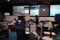 はやぶさ2から軌道制御に関する情報が届くのを待つ管制室=宇宙航空研究開発機構(JAXA)相模原キャンパスで2018年6月24日、永山悦子撮影