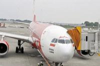 ジャカルタから到着したインドネシア・エアアジアXの初就航便=成田空港で、中村宰和撮影