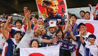 セネガル戦を前に試合会場で盛り上がる日本のサポーター=ロシア・エカテリンブルクで2018年6月24日、長谷川直亮撮影