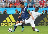 【日本-セネガル】前半、セネガルの選手と競り合う長谷部(左)=ロシア・エカテリンブルクで2018年6月24日、長谷川直亮撮影