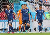 【日本-セネガル】前半、セネガルに先制ゴールを許し、肩を落とす(左から)吉田、GK川島、長谷部、昌子=ロシア・エカテリンブルクで2018年6月24日、長谷川直亮撮影