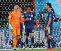 【日本-セネガル】前半、セネガルに先制ゴールを許し、肩を落とす(左から)GK川島、昌子、長谷部、吉田=ロシア・エカテリンブルクで2018年6月24日、長谷川直亮撮影