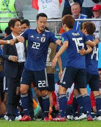【日本-セネガル】前半、同点ゴールを決めた乾貴士(右端)を祝福する吉田麻也(中央左)。左は西野朗監督=ロシア・エカテリンブルクで2018年6月24日、長谷川直亮撮影