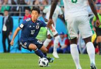 【日本-セネガル】前半、ボールをキープする香川=ロシア・エカテリンブルクで2018年6月24日、長谷川直亮撮影