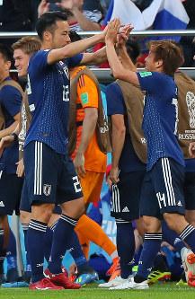 【日本-セネガル】前半、同点ゴールを決めて吉田とハイタッチする乾(中央右)=ロシア・エカテリンブルクで2018年6月24日、長谷川直亮撮影