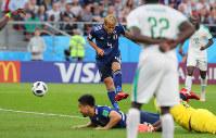 【日本-セネガル】後半、同点ゴールを決める本田(中央)=ロシア・エカテリンブルクで2018年6月24日、長谷川直亮撮影