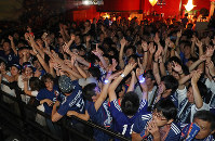 セネガルと引き分けて勝ち点を獲得した日本の選手たちに声援を送るサポーターたち=東京都渋谷区で2018年6月25日午前1時50分、小川昌宏撮影