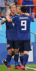 【日本-セネガル】後半、同点ゴールを決め、岡崎と喜び合う本田(左)=ロシア・エカテリンブルクで2018年6月24日、長谷川直亮撮影