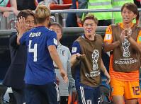 【日本-セネガル】後半、同点ゴールを決めた本田を祝福する西野監督(左奥)ら=ロシア・エカテリンブルクで2018年6月24日、長谷川直亮撮影